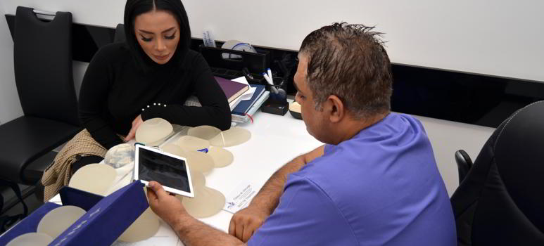 alaptatul-cu-implanturi-mamare.jpg